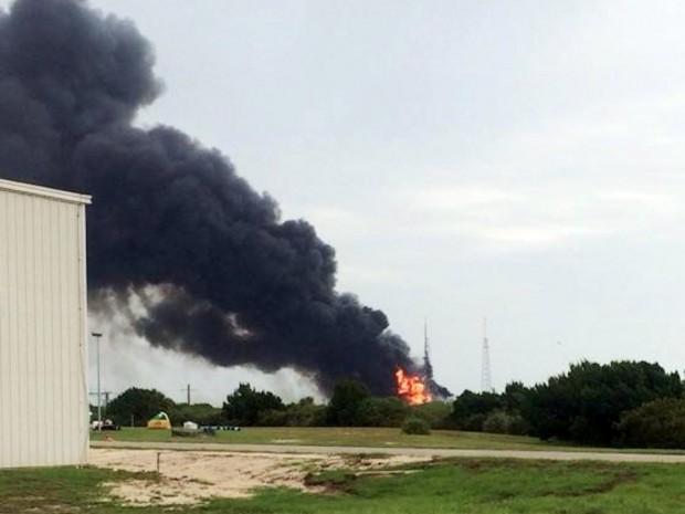 스페이스X 로켓이 폭발한 후 플로리다주 케이프 캐내버럴 발사대 모습 - BusinessInsider 제공
